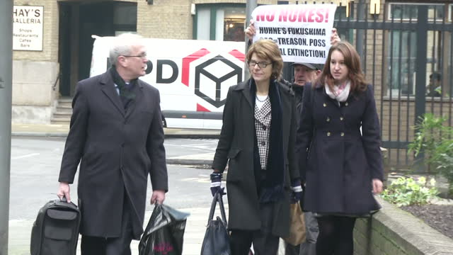 exterior shots of vicky pryce arriving at southwark crown court with press and media taking pictures as she walks past vicky pryce perverting the... - ビッキー・プライス点の映像素材/bロール