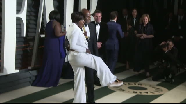 vídeos de stock e filmes b-roll de exterior shots of viola davis posing with her oscar award for best actress in a supporting role and showing off her metallic stella mccartney shoes... - festa do óscar