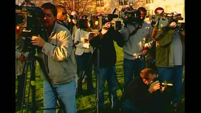 vídeos de stock e filmes b-roll de exterior shots of virginia tech students and staff on campus in the wake of the massacre by seunghui cho looking pensive as older staff members lead... - virginia polytechnic institute and state university