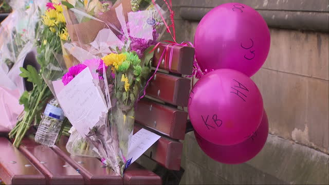 vídeos de stock e filmes b-roll de exterior shots of well wishers leaving floral tributes for the victims of the manchester terror attack on 24th may 2017 manchester england - ariana grande