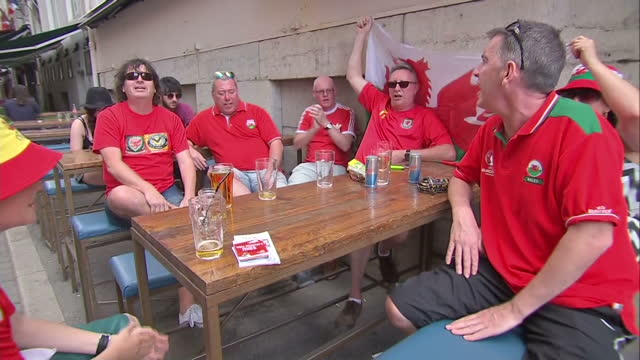 vídeos de stock, filmes e b-roll de exterior shots of welsh football fans drinking and celebrating with wales fans outside a bar in lyon on july 05 2016 in lyon france - olympique lyonnais