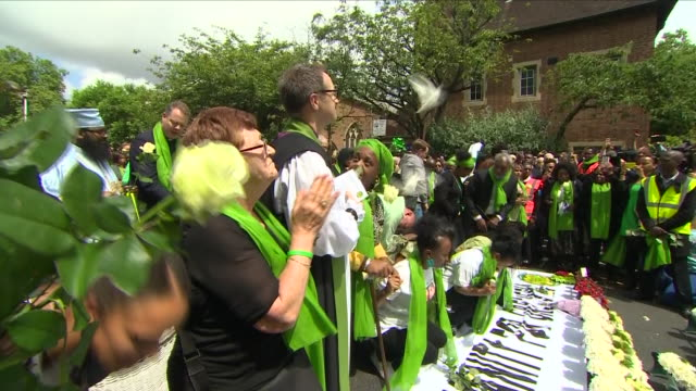 exterior shots of white doves being released in remembrance of the 72 victims killed in the grenfell tower fire after the memorial service at st... - トリビュート・イベント点の映像素材/bロール