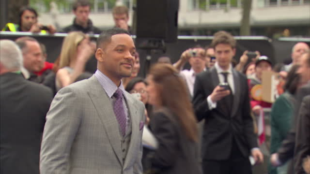 exterior shots of will smith on the red carpet at the premiere of men in black 3 in odeon leicester square. men in black 3 premiere in leicester... - première stock videos & royalty-free footage