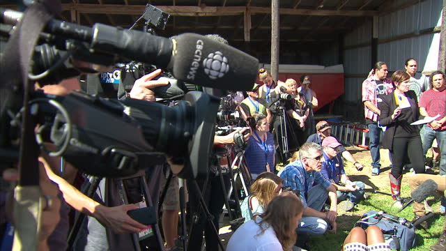 exterior shots of willie nelson speaking at a press conference, voicing his objection to the planned keystone xl oil pipeline scheme, during a... - willie nelson stock-videos und b-roll-filmmaterial