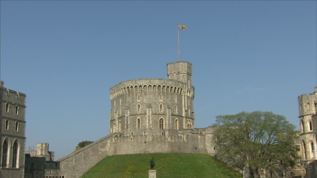 vídeos de stock e filmes b-roll de exterior shots of windsor castle courtyard on a sunny day with royal standard flag flying on 22 march 2018 in london united kingdom - terreno