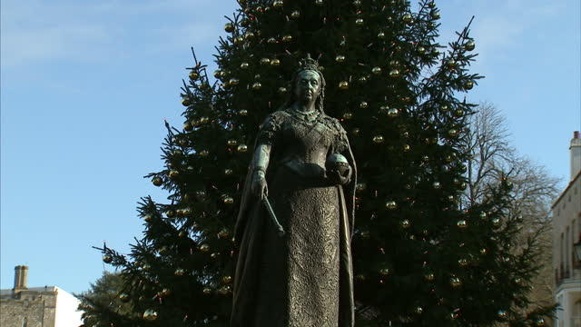 exterior shots of windsor castle with a bronze statue of queen victoria with a christmas tree behind it on 28 november 2017 - prinz königliche persönlichkeit stock-videos und b-roll-filmmaterial