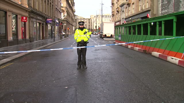 exterior shots of workmen repairing traffic lights and a police cordon being removed in george square glasgow after monday's bin lorry tragedy on... - seilabsperrung stock-videos und b-roll-filmmaterial