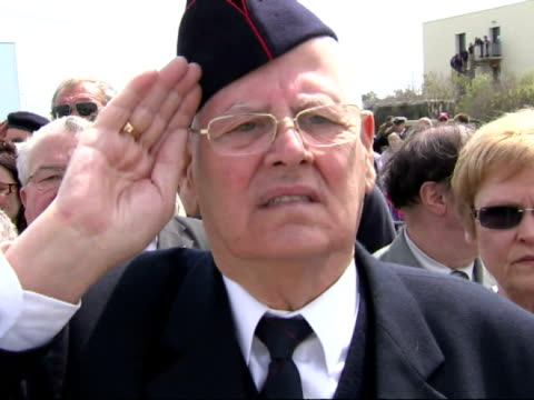 exterior shots of world war two veterans saluting during ceremony to mark the 70th anniversary since more than 300000 allied soldiers were rescued... - evakuierung von dünkirchen stock-videos und b-roll-filmmaterial