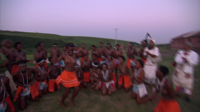 exterior shots of young women dancing singing tribal songs in a village in the eastern cape of south africa eastern cape tribe singing dancing on... - 先住民文化点の映像素材/bロール