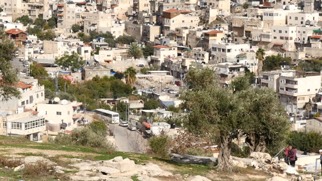 exterior shots over the rooftops of houses in the village of silwan in east jerusalem including the rear of the dome of the rock compound al aqsa... - kuppeldach oder kuppel stock-videos und b-roll-filmmaterial