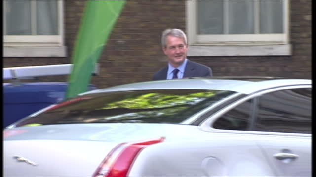 exterior shots owen paterson mp promoted to secretary of state for environment food and rural affairs walks into 10 downing street smiling to press... - オーウェン・パターソン点の映像素材/bロール