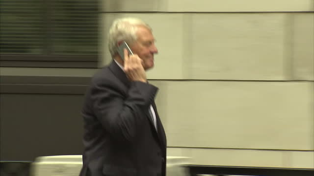 exterior shots paddy ashdown on mobile phone arriving at lib dem headquarters on may 08 2015 in london england - paddy ashdown stock-videos und b-roll-filmmaterial