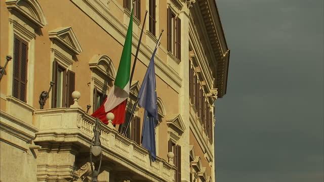 vidéos et rushes de exterior shots palazzo montecitorio italian parliament lower house with italian flag & european flag on building. the palazzo montecitorio on... - bâtiment du parlement