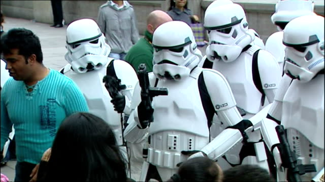 vídeos de stock, filmes e b-roll de exterior shots people dressed as star wars stormtroopers outside the london film museum posing for photographs with tourists and star wars fans. on... - série de filmes star wars