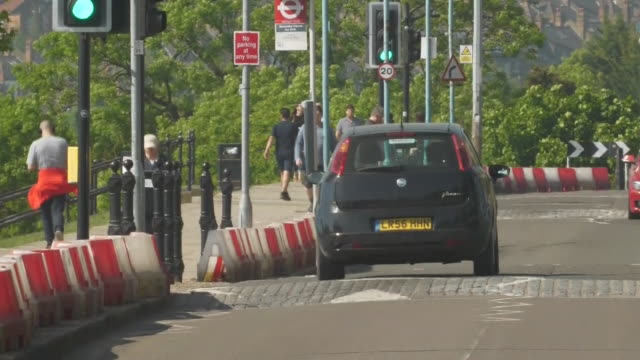 exterior shots people driving, walking, cycling, sunbathing and playing sports in the park over the bank holiday weekend on 9th may 2020 in london,... - heat stock videos & royalty-free footage