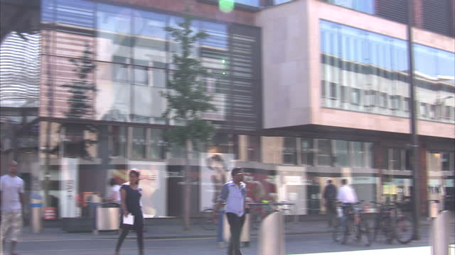 vídeos de stock, filmes e b-roll de exterior shots people using mobile phones, smart phones in street on sunny day. high street shops and office workers on july 19, 2013 in bristol,... - high street