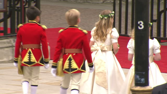 vídeos de stock, filmes e b-roll de exterior shots pippa middleton leads a group of page boys bridesmaids into westminster abbey sky news royal wedding procession footage on april 29... - dama de honra