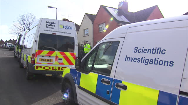 stockvideo's en b-roll-footage met exterior shots police investigators outside home of missing girl becky watts on march 02 2015 in bristol england - vermiste personen