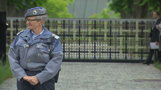 stockvideo's en b-roll-footage met exterior shots police outside the main entrance to the fifa headquarters on may 29 2015 in zurich switzerland - polizei