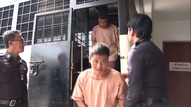 vídeos de stock e filmes b-roll de exterior shots police prison transport vehicle arrives outside koh samui courthouse and suspects zaw lin and win zaw htun are brought off of bus and... - crime or recreational drug or prison or legal trial