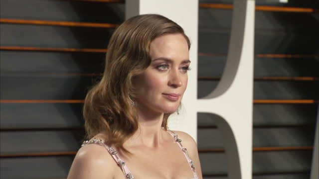 vidéos et rushes de exterior shots pregnant emily blunt actress on vanity fair red carpet posing for photographers on february 28 2016 in hollywood california - vanity fair oscar party