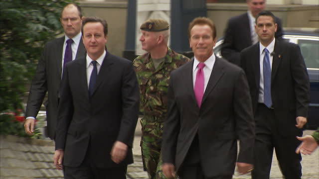 vidéos et rushes de exterior shots prime minister david cameron arnold schwarzenegger arrive at wellington barracks greet senior officer from the grenadier guards before... - arnold schwarzenegger