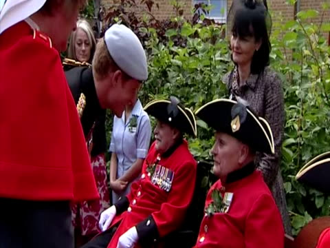 vidéos et rushes de exterior shots prince harry dressed in the uniform of the blues & royals meets & chats with chelsea pensioners at the royal hospital chelsea prince... - 50 secondes et plus