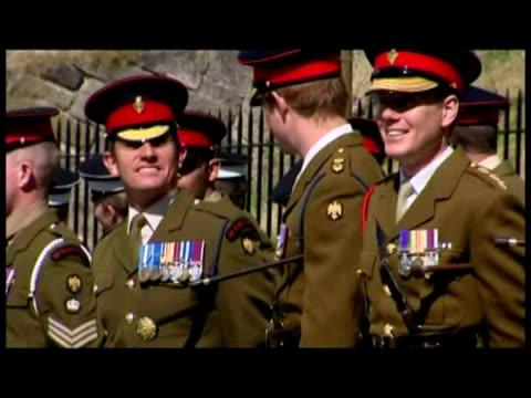 exterior shots prince harry standing w/ battalion in line on street below edinburgh castle. general views prince harry matrching w/ army regiment. - infanteri bildbanksvideor och videomaterial från bakom kulisserna