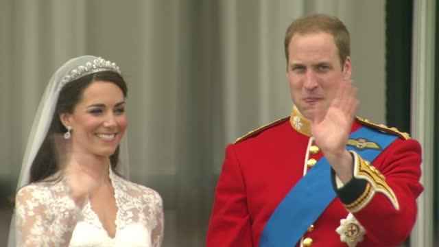 vídeos de stock e filmes b-roll de exterior shots prince william & catherine middleton kiss on the balcony to rapturous cheers from the crowd. exterior shots prince william & catherine... - realeza