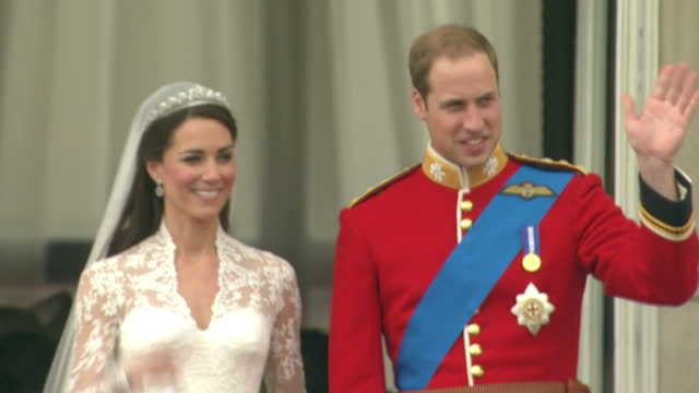 vídeos de stock e filmes b-roll de exterior shots prince william & catherine middleton walk out onto the buckingham palace balcony & wave to the cheering crowds. exterior shots the... - casamento