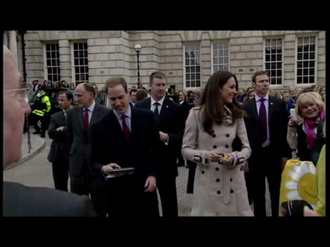vídeos de stock e filmes b-roll de exterior shots prince william kate middleton meeting members of the public in belfast kate tosses a pancake and william looks on prince william kate... - irlanda do norte