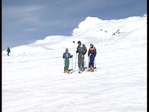 exterior shots prince william prince harry their father prince charles skiing in klosters young prince william klosters skiing at klosters on... - 1994 bildbanksvideor och videomaterial från bakom kulisserna