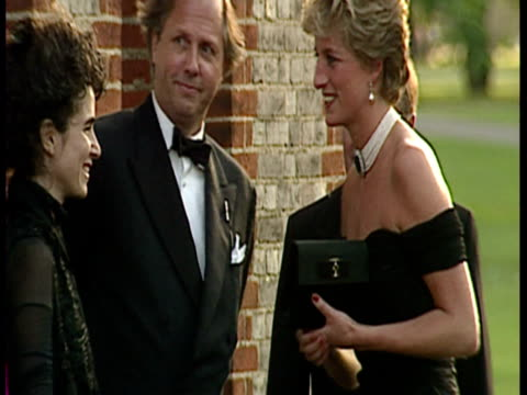 vídeos de stock e filmes b-roll de exterior shots princess diana arrives at the serpentine gallery in low cut black dress and choker. princess diana arrives at the serpentine gallery... - vestido preto