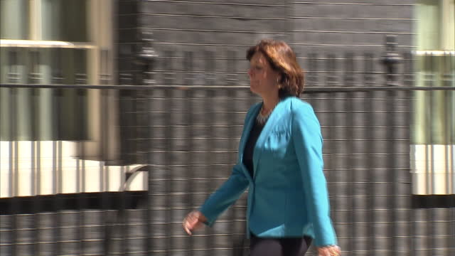 exterior shots priti patel arrives at 10 downing st followed behind by claire perry arriving. on july 15, 2014 in london, england. - 内閣改造点の映像素材/bロール
