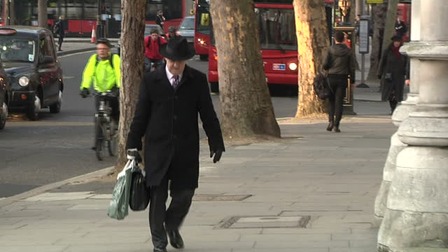 exterior shots private eye editor ian hislop arrives at the royal courts of justice to give evidence to the leveson inquiry into media ethics. clean:... - ian hislop stock videos & royalty-free footage
