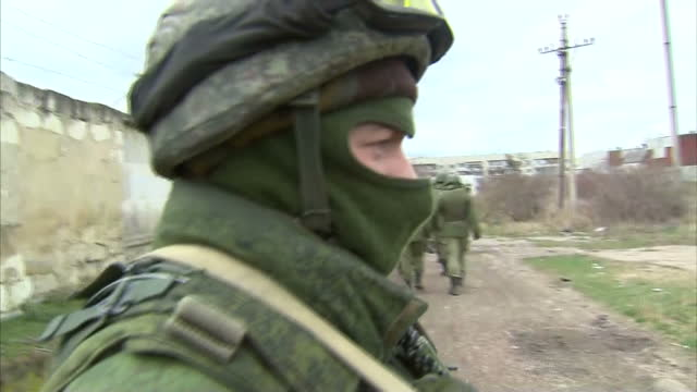 exterior shots pro russian troops marching around streets soldiers standing guard on march 05 2014 in various cities ukraine - soldato video stock e b–roll