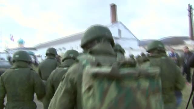 vídeos y material grabado en eventos de stock de exterior shots pro russian troops marching in perevalnoe on march 05 2014 in various cities ukraine - ruso europeo oriental