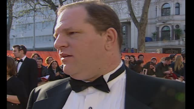 vídeos y material grabado en eventos de stock de exterior shots producer harvey weinstein arriving and being interviewed at bafta awards red carpet on 09 april 2000 in london england - miramax