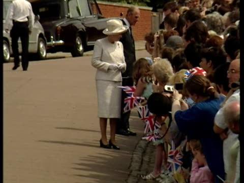 vídeos de stock e filmes b-roll de exterior shots queen elizabeth ii and prince philip duke of edinburgh on walkabout outside st georges chapel windsor meeting members of the public... - berkshire inglaterra