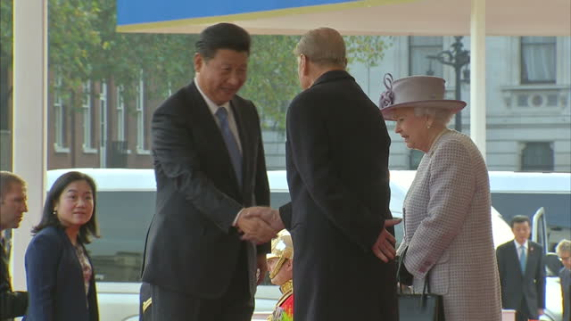 exterior shots queen elizabeth ii and prince philip welcome xi jinping chinese president and his wife peng liyuan chinese first lady at start of... - state visit stock videos & royalty-free footage