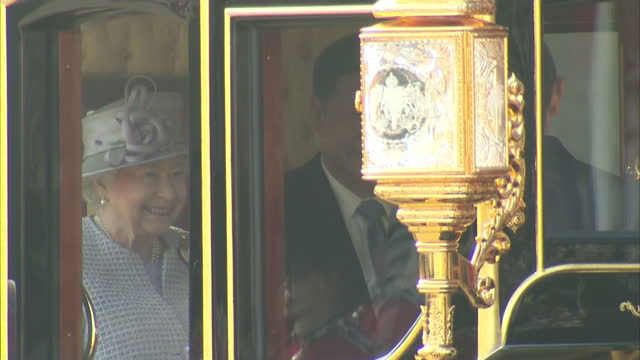 exterior shots queen elizabeth ii and xi jinping, chinese president get into the diamond jubilee state coach to travel from horse guards parade to... - diamantenes jubiläum stock-videos und b-roll-filmmaterial