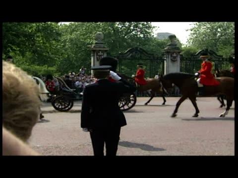 vídeos y material grabado en eventos de stock de exterior shots queen elizabeth ii driven by in carriage followed by mounted troopers of blues & royals regiment of horse guards. - tracción de caballos