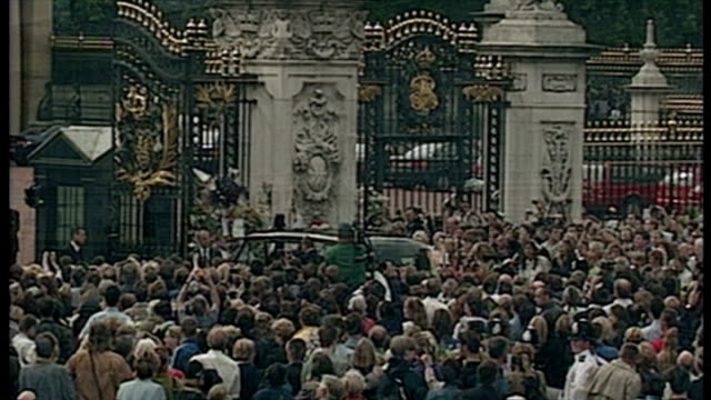 stockvideo's en b-roll-footage met exterior shots queen prince philip duke of edinburgh arrive at buckingham palace in car then browse floral tributes left outside buckingham palace on... - dood begrippen