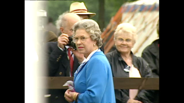 vídeos de stock, filmes e b-roll de exterior shots queen's car pulls up and she takes seat in stand - 2015