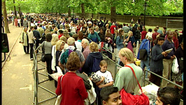 stockvideo's en b-roll-footage met exterior shots queues of people outside st james' palace and wrvs women dispensing drinks on in london england - dood begrippen