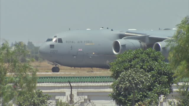 vidéos et rushes de exterior shots raf c17 globemaster taking off from tunis carthage airport carrying the first bodies of the sousse hotel terror attack victims to be... - royal air force