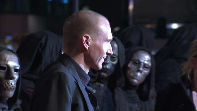exterior shots ralph fiennes poses for the media on the red carpet at the harry potter & the deathly hallows premiere ralph fiennes at the harry... - レイフ・ファインズ点の映像素材/bロール