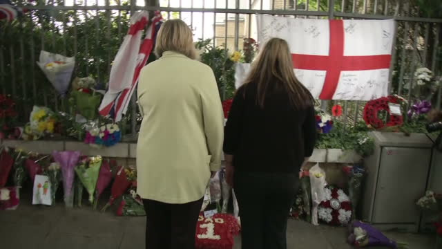 exterior shots rebecca rigby widow of drummer lee rigby laying wreath at site of his murder on the one year anniversary of his death with her mother... - vedova video stock e b–roll