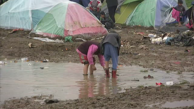 exterior shots refugee children playing in camp on march 17 2016 in idomeni greece - flüchtlingslager stock-videos und b-roll-filmmaterial