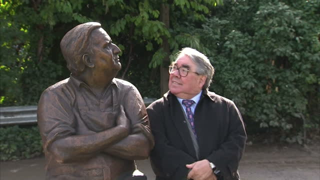 vidéos et rushes de exterior shots ronnie corbett poses for photocall sat next to a statue of ronnie barker the two ronnies were back together again today when a statue... - ronnie corbett